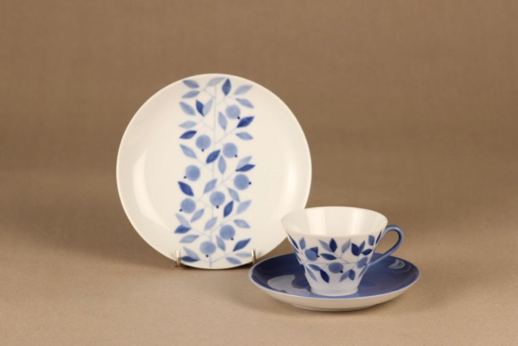 Arabia Myrtilla kahvikuppi ja lautaset (2), painettu ja käsinmaalattu, suunnittelija Esteri Tomula, painettu ja käsinmaalattu, lehti