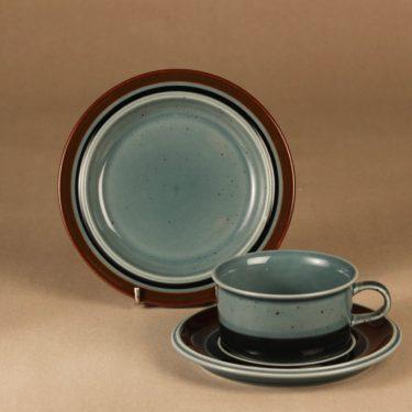 Arabia Meri teekuppi ja lautaset (2), turkoosi, suunnittelija Ulla Procope, raitakoriste