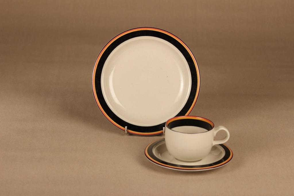 Arabia Reimari kahvikuppi ja lautaset (2),, suunnittelija Inkeri Leivo, raitakoriste