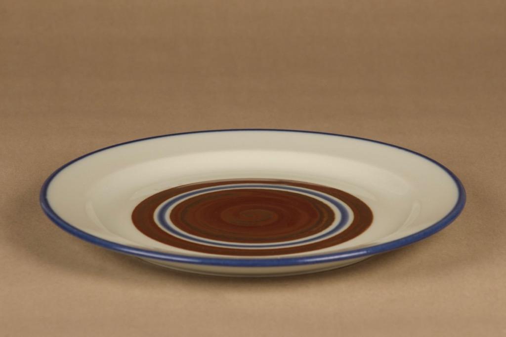 Arabia Wellamo lautanen, 26.5 cm, suunnittelija Peter Winquist, 26.5 cm, käsinmaalattu, raitakoriste