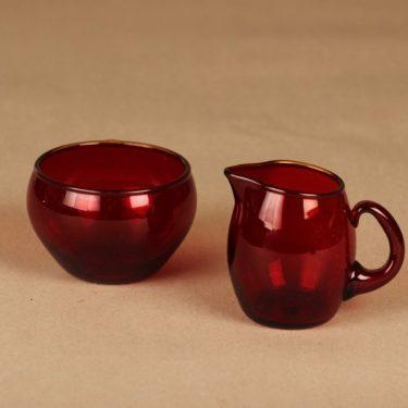 Iittala 2370, 2371 sokerikko ja kermakko, rubiininpunainen, suunnittelija Tapio Wirkkala,
