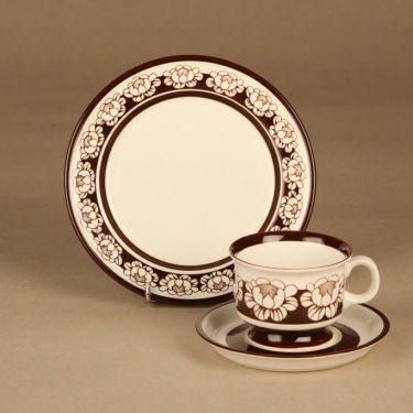 Arabia Katrilli kahvikuppi ja lautaset, ruskea, valkoinen, suunnittelija Esteri Tomula, serikuva