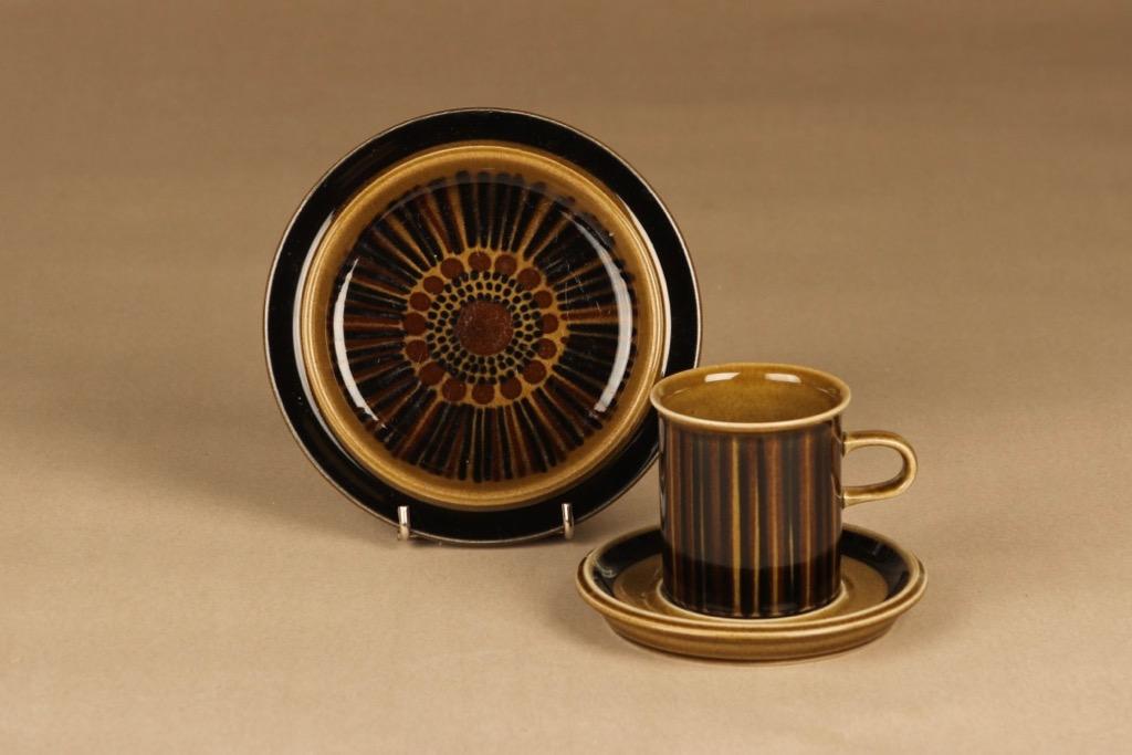 Arabia Kosmos kahvikuppi ja lautaset(2), ruskea, suunnittelija Gunvor Olin-Grönqvist, puhalluskoriste