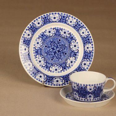 Arabia Ali kahvikuppi ja lautaset (2), sininen, suunnittelija Raija Uosikkinen, kuparipainokoriste